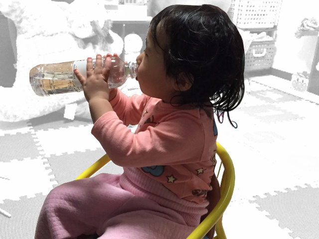 軟水のシリカ水を飲む乳幼児イメージ画像